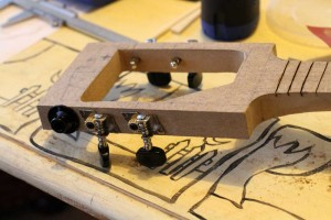Les trous pour les mécaniques et la prise jack